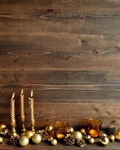 クリスマスオーナメントとゴールドのキャンドル ゴールド系の写真素材 [FYI01176173]