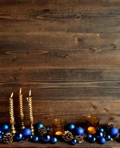 クリスマスオーナメントとゴールドのキャンドル ブルー系の写真素材 [FYI01176174]