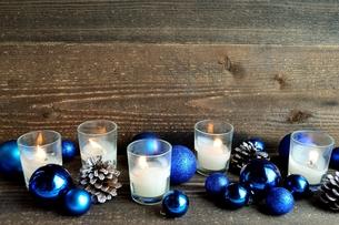 クリスマスオーナメントとキャンドル ブルー系の写真素材 [FYI01176176]