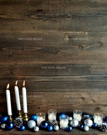 クリスマスオーナメントとキャンドル ブルー系の写真素材 [FYI01176177]