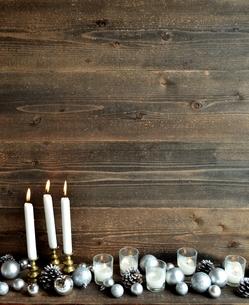 クリスマスオーナメントとキャンドル シルバー系の写真素材 [FYI01176178]