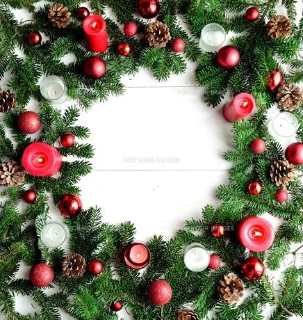 クリスマスオーナメントとキャンドルとモミの葉 フレーム レッド系の写真素材 [FYI01176183]