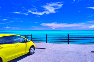 真夏の宮古島。池間大橋の宮古島側の駐車場から見た風景の写真素材 [FYI01176643]