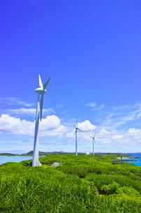 真夏の宮古島。西平安名岬の池間大橋展望台から見た風力発電のある風景の写真素材 [FYI01176930]