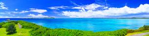 真夏の宮古島。西平安名岬の池間大橋展望台から見た池間大橋(パノラマ)の写真素材 [FYI01176935]