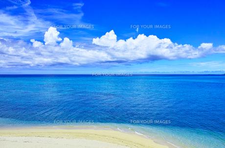 真夏の宮古島。池間島側から見た風景の写真素材 [FYI01176941]
