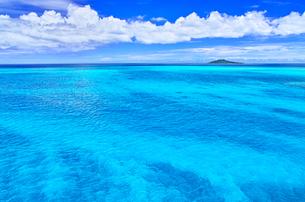 真夏の宮古島。池間島側から見た風景の写真素材 [FYI01176945]