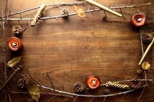 キャンドルとまつぼっくり フレーム 木材背景の写真素材 [FYI01176991]