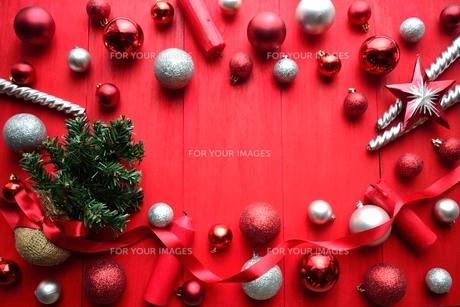 赤と銀色のオーナメントとクリスマスツリーフレーム 赤色背景の写真素材 [FYI01177119]