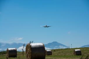牧草ロールとジェット旅客機の写真素材 [FYI01177274]