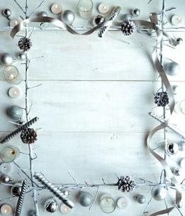 銀色のオーナメントとキャンドルとリボン フレーム 白背景の写真素材 [FYI01177299]