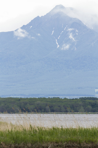 濤沸湖と斜里岳の写真素材 [FYI01177311]