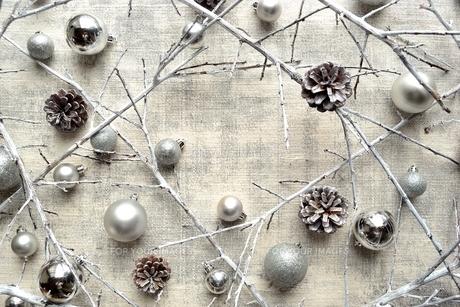 白銀のクリスマスオーナメントと枯枝 フレームの写真素材 [FYI01177316]