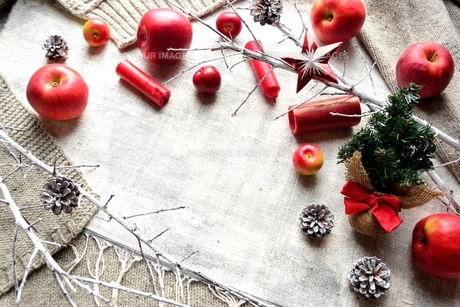 ミニクリスマスツリーと林檎とグレーのニットの写真素材 [FYI01177324]