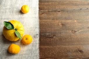 灰色の布の上の鬼柚子と柚子の写真素材 [FYI01177341]