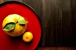 赤いおぼんにのせた鬼柚子と柚子の写真素材 [FYI01177344]