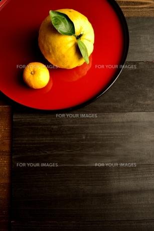 赤いおぼんにのせた鬼柚子と柚子の写真素材 [FYI01177345]