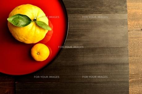赤いおぼんにのせた鬼柚子と柚子の写真素材 [FYI01177346]