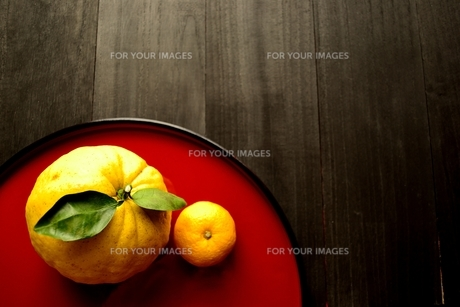 赤いおぼんにのせた鬼柚子と柚子の写真素材 [FYI01177347]