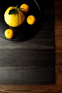 黒いおぼんにのせた鬼柚子と柚子の写真素材 [FYI01177349]
