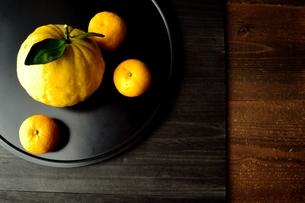 黒いおぼんにのせた鬼柚子と柚子の写真素材 [FYI01177350]