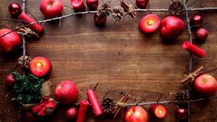 林檎とミニクリスマスツリーと枯枝 フレーム 木材背景の写真素材 [FYI01177351]