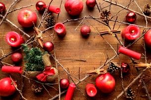 林檎とミニクリスマスツリーと枯枝 フレーム 木材背景の写真素材 [FYI01177354]