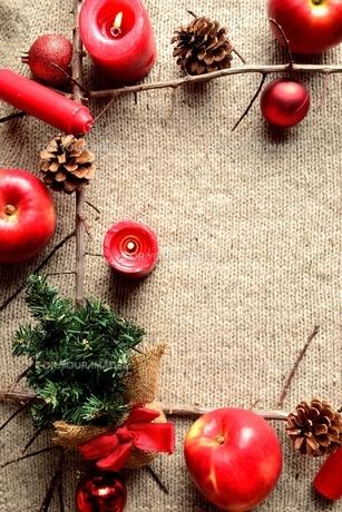 林檎とミニクリスマスツリー ニット生地背景の写真素材 [FYI01177366]