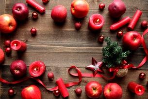 林檎とミニクリスマスツリー 黒木材背景の写真素材 [FYI01177369]