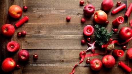 林檎とミニクリスマスツリー 黒木材背景の写真素材 [FYI01177373]
