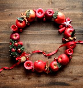 林檎とミニクリスマスツリーのリースの写真素材 [FYI01177375]