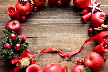 林檎とミニクリスマスツリーのリースの写真素材 [FYI01177376]