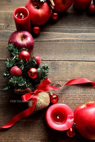 林檎とミニクリスマスツリーのリースの写真素材 [FYI01177377]