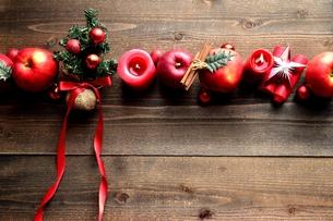 林檎とミニクリスマスツリーの写真素材 [FYI01177378]