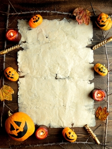 ハロウィンのかぼちゃとキャンドルと古紙のフレームの写真素材 [FYI01177396]