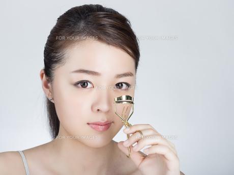 ビューラーを使う女性の写真素材 [FYI01177433]