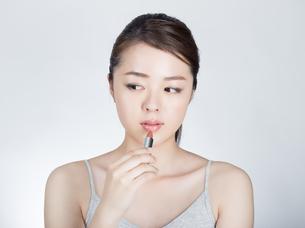 口紅を塗っている女性の写真素材 [FYI01177468]