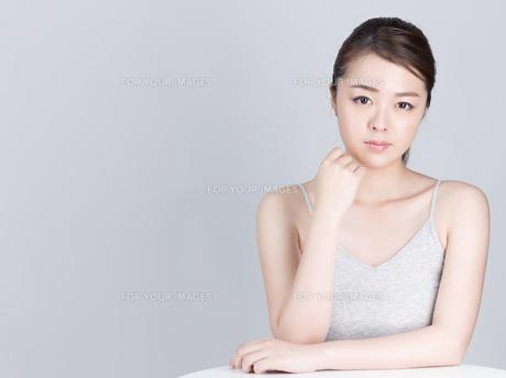 女性スキンケア・ビューティーイメージの写真素材 [FYI01177474]