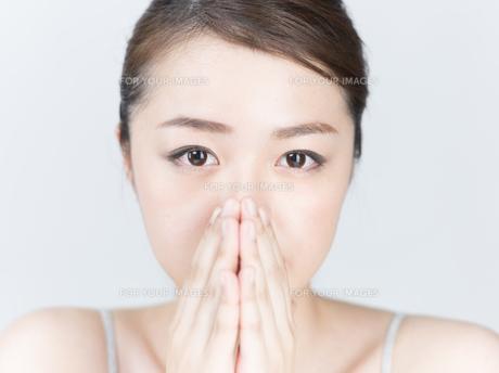 鼻に手を添える女性の写真素材 [FYI01177485]