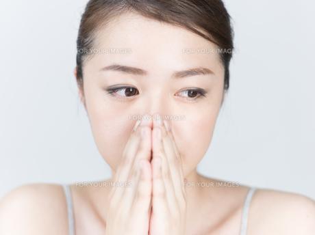 鼻に手を添える女性の写真素材 [FYI01177486]