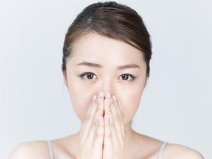 鼻に手を添える女性の写真素材 [FYI01177487]