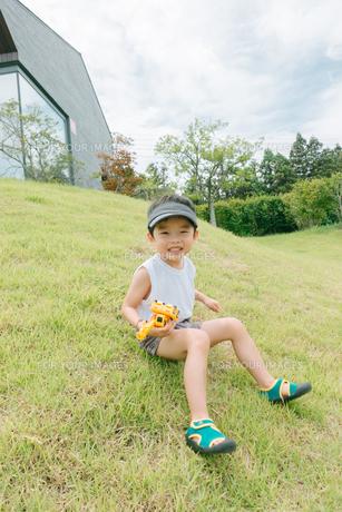 芝生で遊んでいる男の子の写真素材 [FYI01177495]