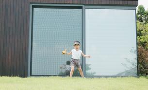 芝生で遊んでいる男の子の写真素材 [FYI01177496]