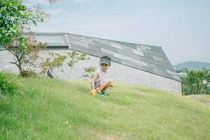 芝生で遊んでいる男の子の写真素材 [FYI01177498]