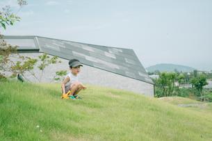 芝生で遊んでいる男の子の写真素材 [FYI01177499]