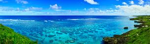 真夏の宮古島。イムギャーマリンガーデンからみる珊瑚礁の海(パノラマ)の写真素材 [FYI01177511]