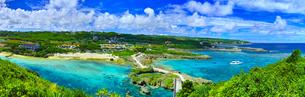 真夏の宮古島。イムギャーマリンガーデンの風景(パノラマ)の写真素材 [FYI01177516]