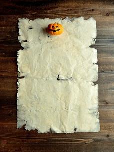 ハロウィンのかぼちゃとボロボロの紙 黒木材背景の写真素材 [FYI01177524]