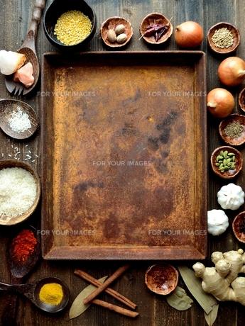 スパイスとインド料理食材と錆びたトレーの写真素材 [FYI01177569]