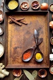 スパイスと木製スプーンと錆びたトレーの写真素材 [FYI01177572]